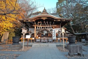 Chinju Hikawa Shrine, a small and magnificent shrine has been watching the locals over 700 years